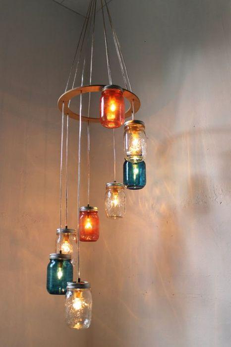 Красивая люстра из стеклянных банок, которая позволит дополнительно осветить помещение и сделать его более комфортным.