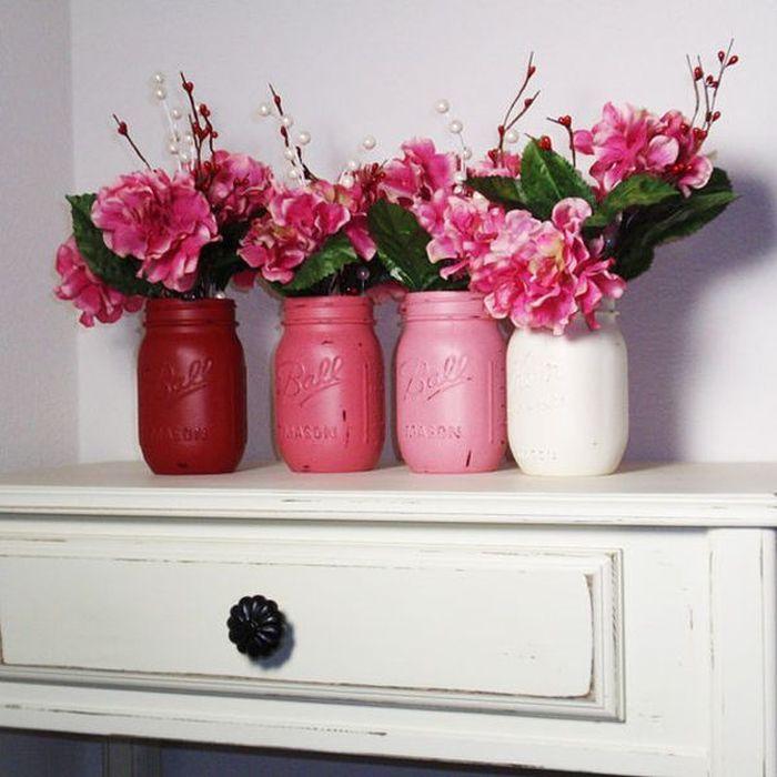 Вазы для свежих полевых цветов из стеклянных банок, покрытых акриловыми красками.