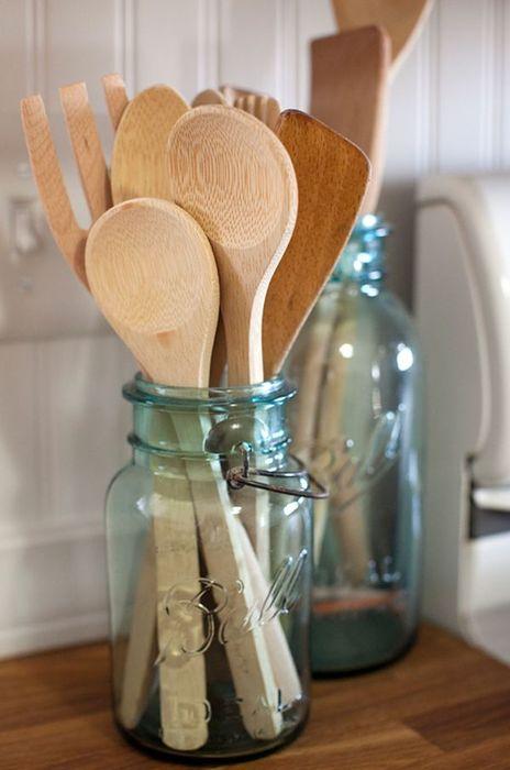 Стеклянные банки, которые можно использовать для хранения кухонных принадлежностей.