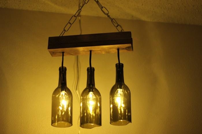 Оригинальный светильник из дерева и винных бутылок.