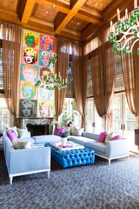 Глянцевая мебель для современной гостиной комнаты сегодня на пике популярности.