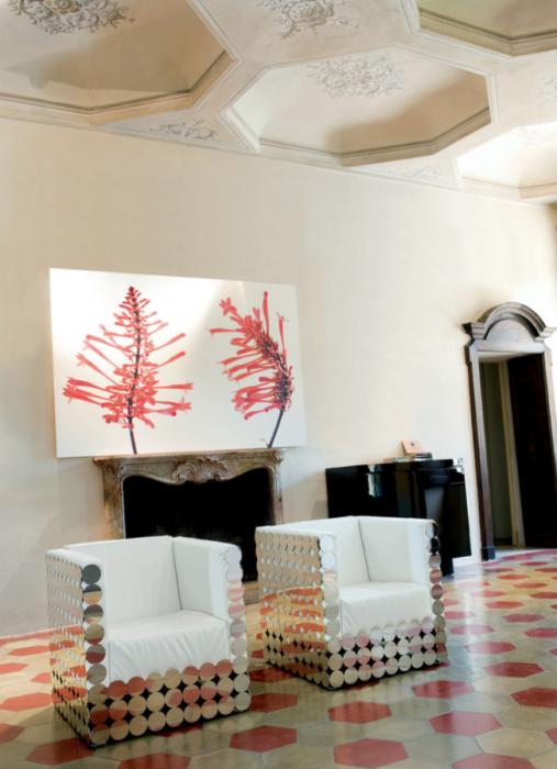 Фантастическая гостиная комната, изюминкой которой стали кресла в стиле ар-деко в зеркальном обрамлении.