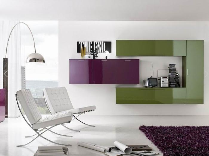 Акцентная цветная модульная стенка в светлом интерьере гостиной.
