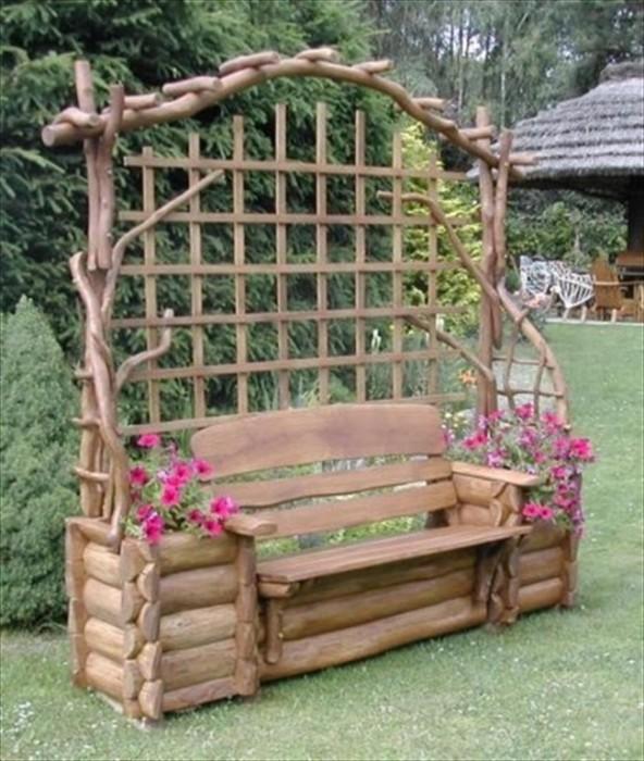 Деревянная скамейка станет просто отличным украшением для любого садового участка.