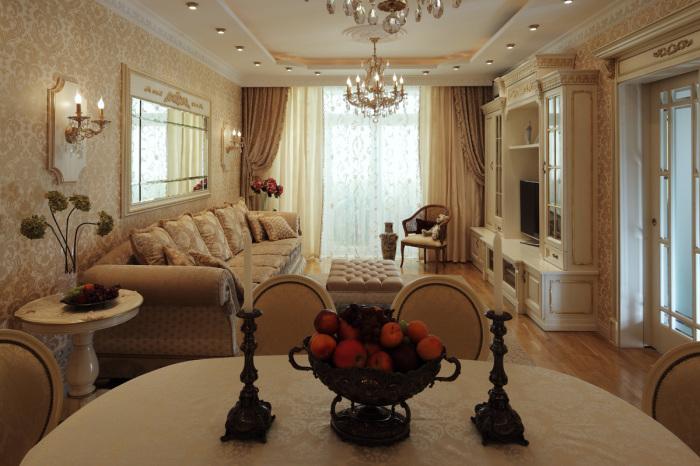 Светлая гостиная комната с позолоченными узорами на обоях.