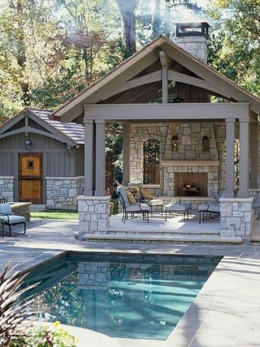 Открытая беседка возле бассейна и небольшая пристройка в виде маленького дома для любителей тишины и спокойствия.
