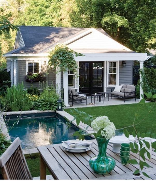 Ландшафтный дизайн дачного участка с бассейном и местом для вечерних посиделок.
