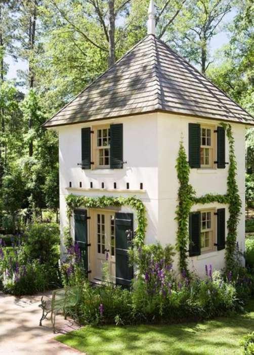 Ещё один традиционный вариант дизайна небольшого загородного двухэтажного домика.