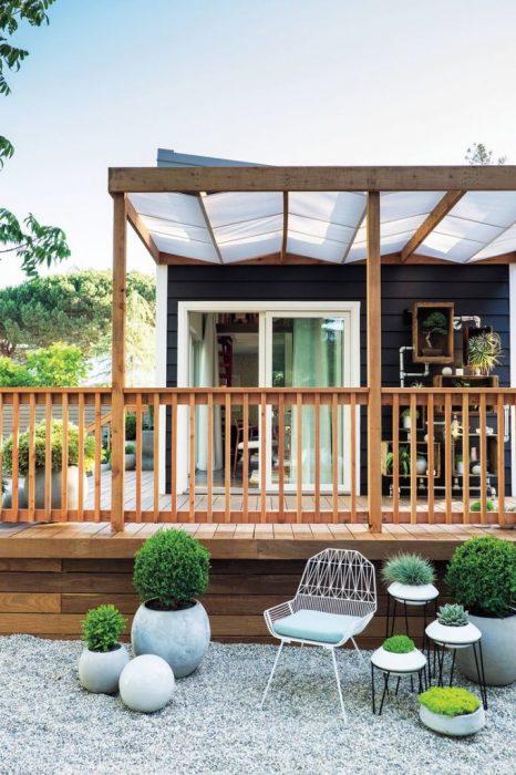 Небольшой дачный домик может стать отличным местом для отдыха и времяпровождения.