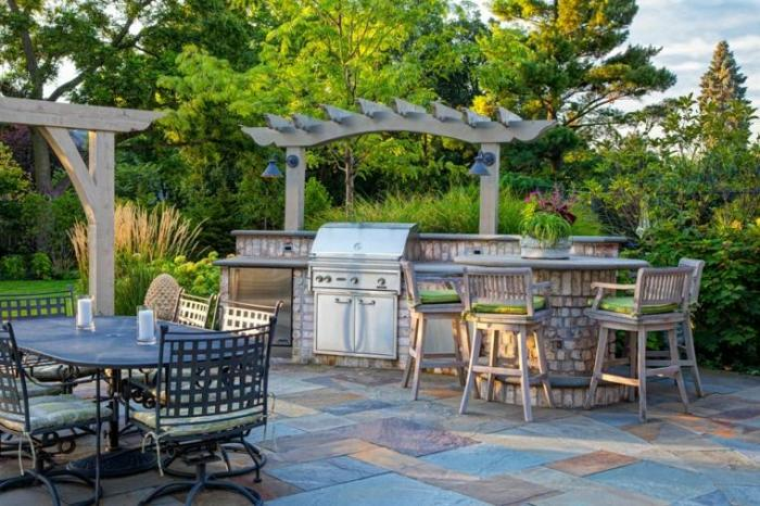 Кухня на улице – это кусочек лета, хорошее настроение и полное единение с природой.