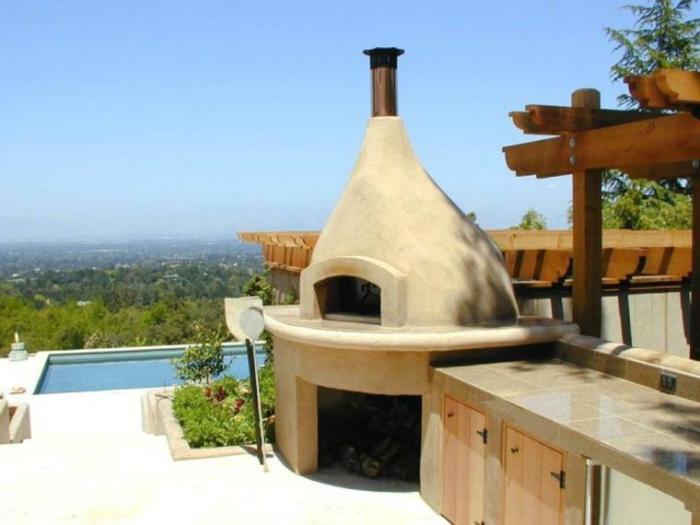 Глиняная печь - весьма популярное дополнение к летней кухне.