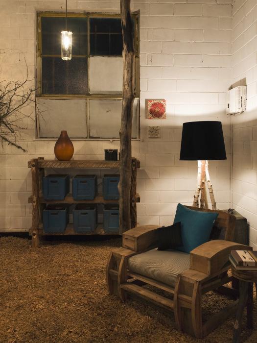 Роскошная деревянная мебель в гостиной комнате, которая подчёркивает всё великолепие интерьера.
