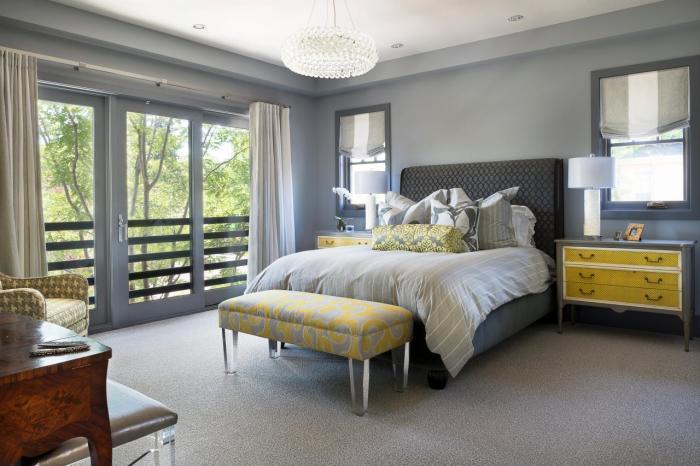 Спальная комната в серых тонах с желтыми акцентами.