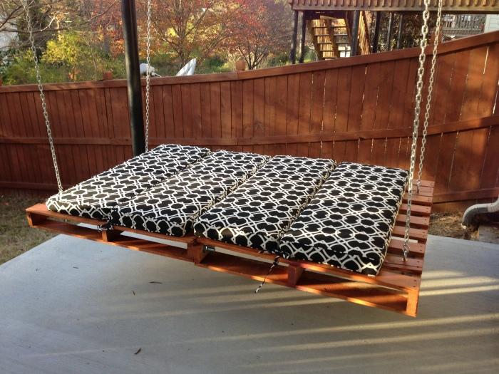 Подвесная кровать из двух деревянных поддонов значительно экономящая пространство на дачном участке.