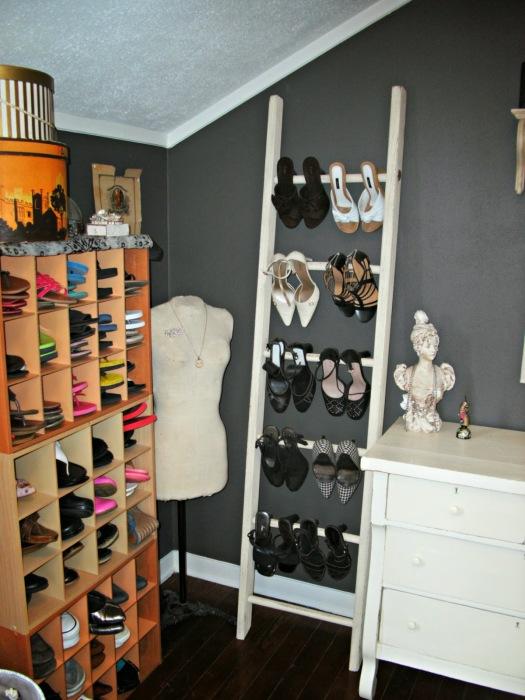 Старая лестница может стать отличным местом для хранения обуви.