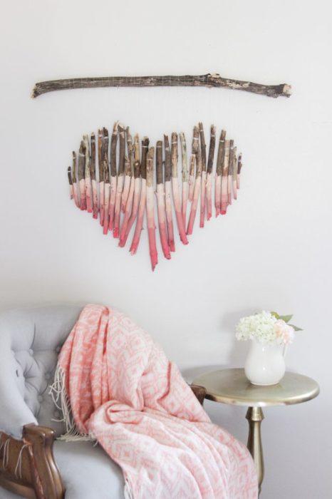 Сердце на стене сделанное из веток в замечательном интерьере спальной комнаты.