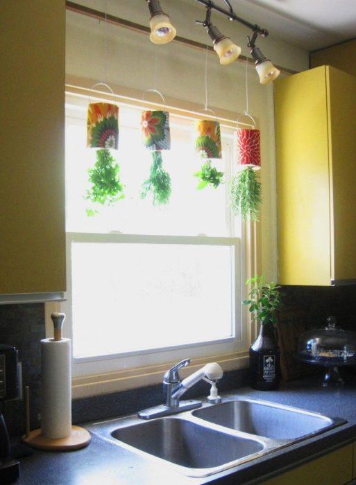 Подвесные кашпо, которыми можно украсить интерьер современной кухни.