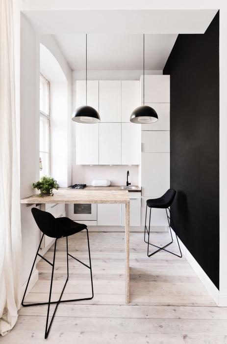 Чёрный цвет легко подчёркивает любые архитектурные элементы в интерьере кухни, и отлично подойдёт для оформления акцентной стены.