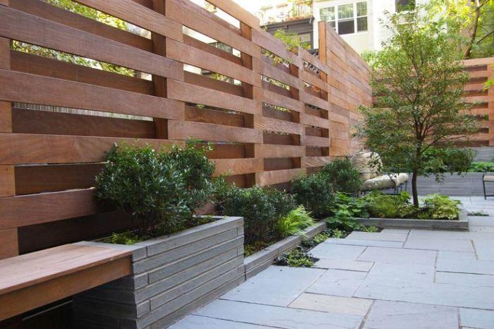 Напівпрозорі конструкції з дерев'яних рейок, зібраних ушаховому порядку.