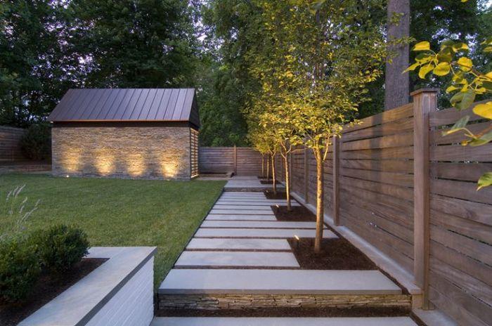 Навіть невеликий дерев'яний паркан здатний внести нотку оригінальності.