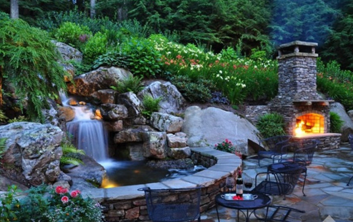 Место для отдыха вблизи камина и декоративного водопада.