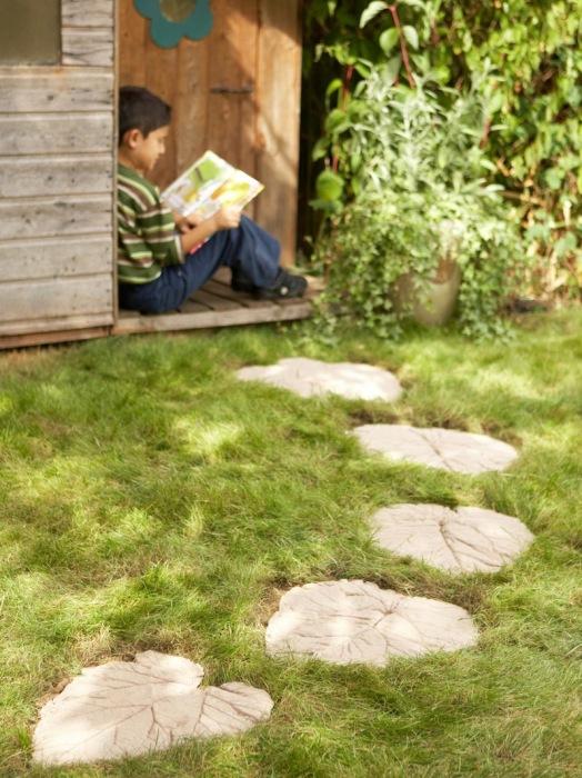 Бетонная дорожка в форме листьев своими руками - отличный вариант для загородного дома или приусадебного участка.