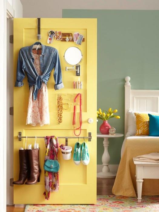 Деревянную дверь можно использовать как небольшой органайзер для одежды, бижутерии и мелких бытовых принадлежностей.
