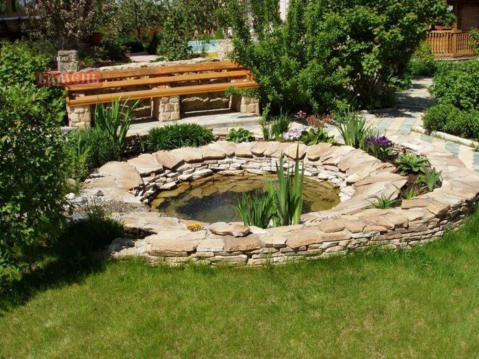 Декоративный водоем выложенный из светлого слоистого камня.