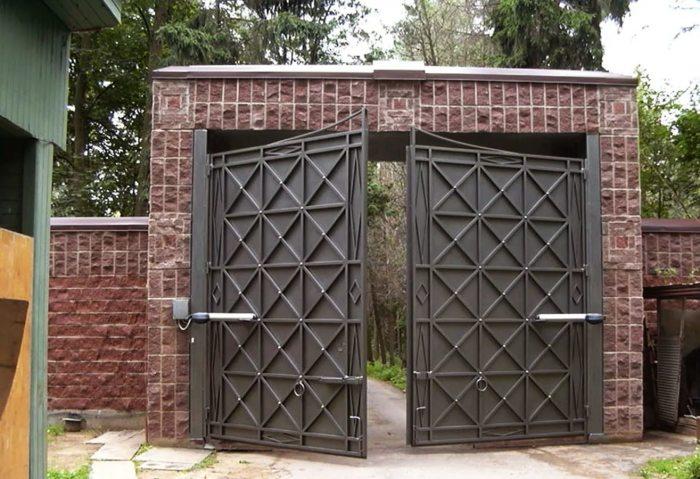Массивные электрические распашные ворота для загородного дома.