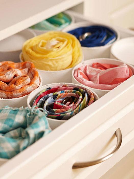 Обрезки водопроводных труб из поливинилхлорида могут стать отличным местом для хранения текстильных тканей.