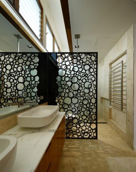 Обрезки водопроводных труб можно с успехом использовать для изготовления изысканной декоративной перегородки в ванной комнате.
