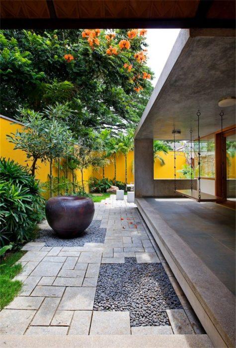 Современные материалы позволяют создать очень стильный и оригинальный ландшафтный дизайн на загородном участке.