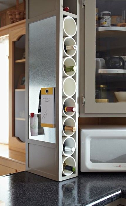 Небольшой винный стеллаж на кухне из обрезки пластиковых водопроводных труб.