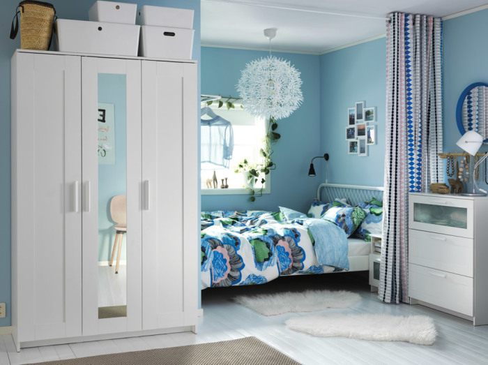 Небольшую спальную комнату можно оформить в излюбленном стиле без помощи профессионалов.