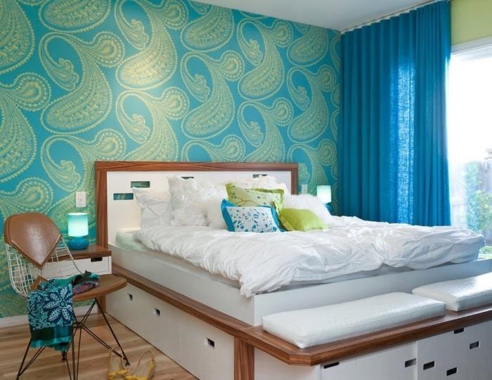 Отличное сочетания ярких тонов в спальной комнате.