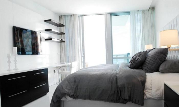 Неординарное сочетание светлого и темного цвета в спальной комнате.