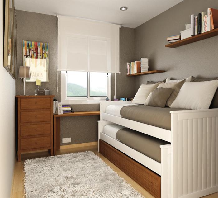 Раскладной диван в небольшой спальной комнате позволит значительно сэкономить пространство.