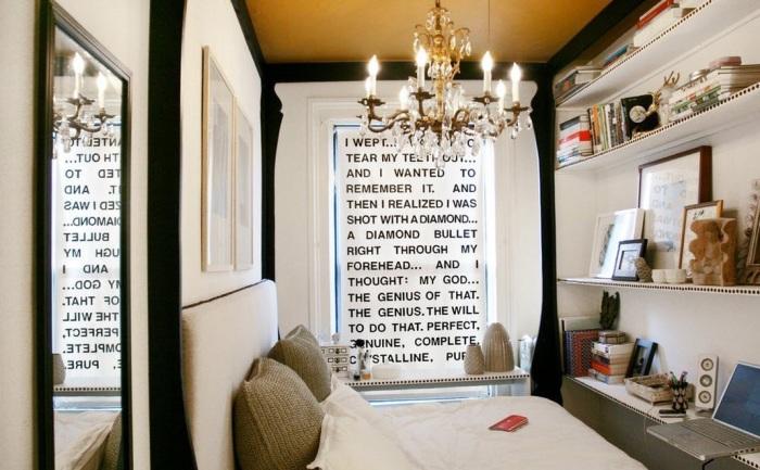 Ярким акцептом в светлой спальной комнате может стать даже рулонные жалюзи.