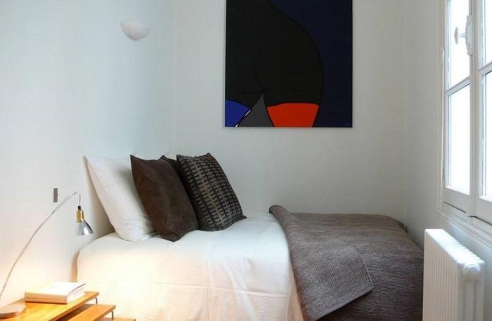 Картина может стать ярким и необычным акцентом в спальной комнате.