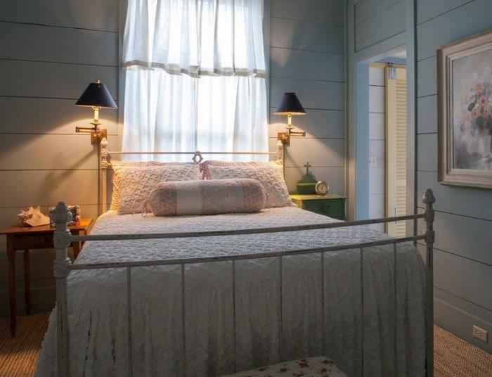 Спальная комната в пастельных тонах в стиле кантри.