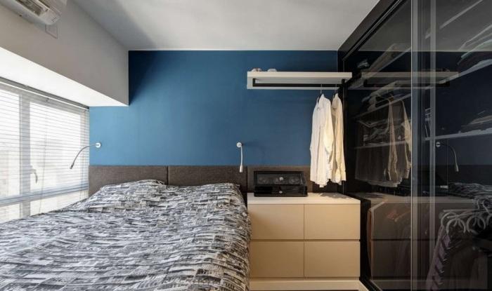 Стена, оформленная в синий цвет, станет отличным акцентом в спальной комнате.