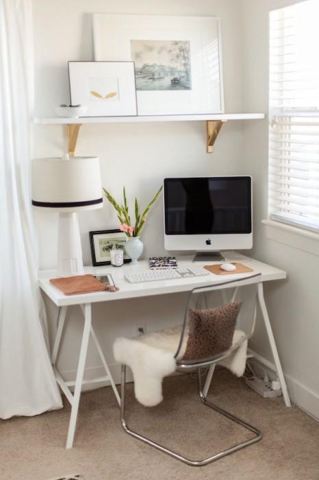 Креативный интерьер маленького домашнего офиса.