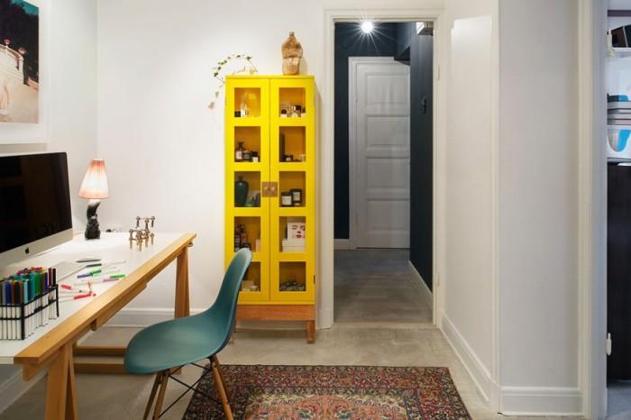 Желтый цвет в сочетании с упрощенным стилем интерьера домашнего офиса.