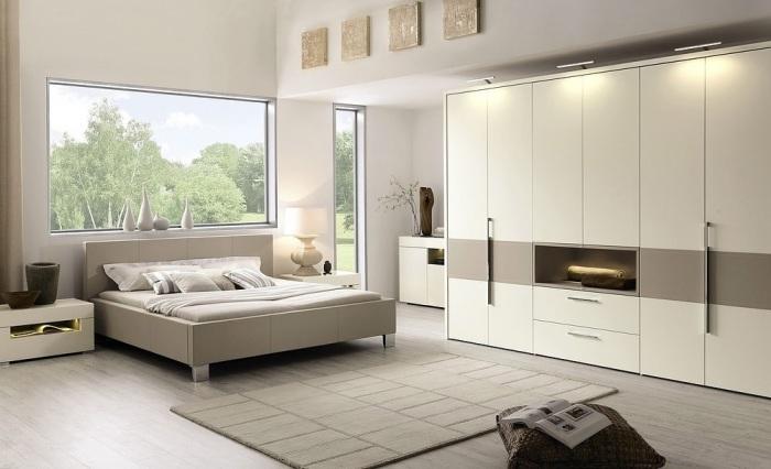 Светлая спальная комната с потрясающей модульной мебелью.