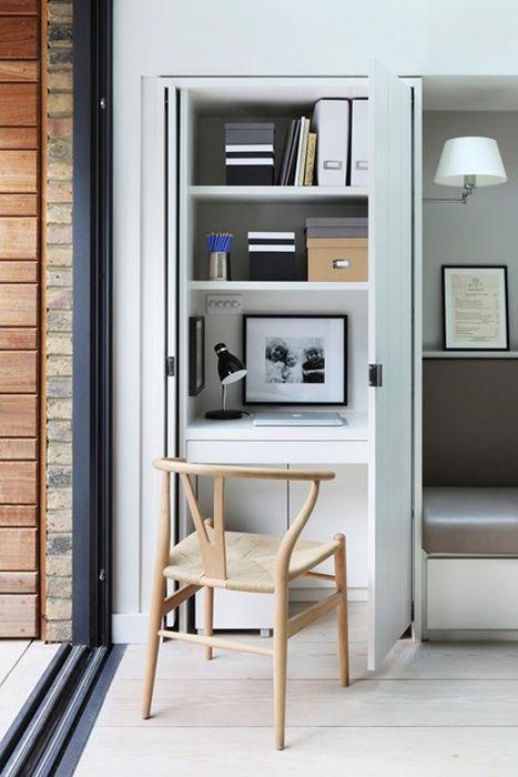 Если есть возможность выделить несколько квадратных метров в квартире под подсобное помещение, то его можно превратить в стильный и уютный кабинет.