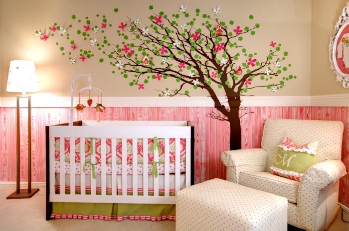 Вінілова наклейка у вигляді дерева з червоними і білими квітами з тканини відмінно підійде для сучасного декору дитячої кімнати.