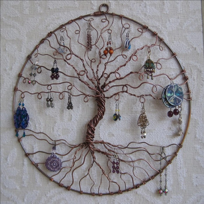 Маленькое дерево, сделанное из медной проволоки.