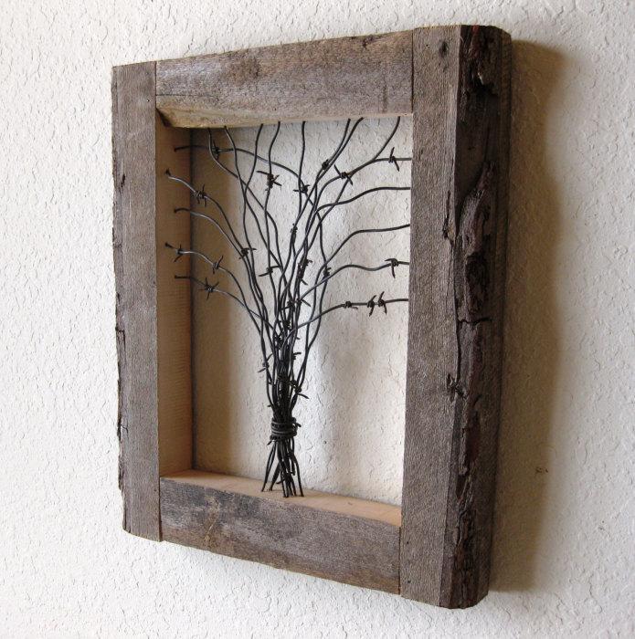 Картина с деревянной рамкой - маленькое дерево, сделанное из колючей проволоки.