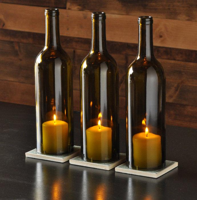 Подсвечники из бутылок станут выразительным дополнением к интерьеру.