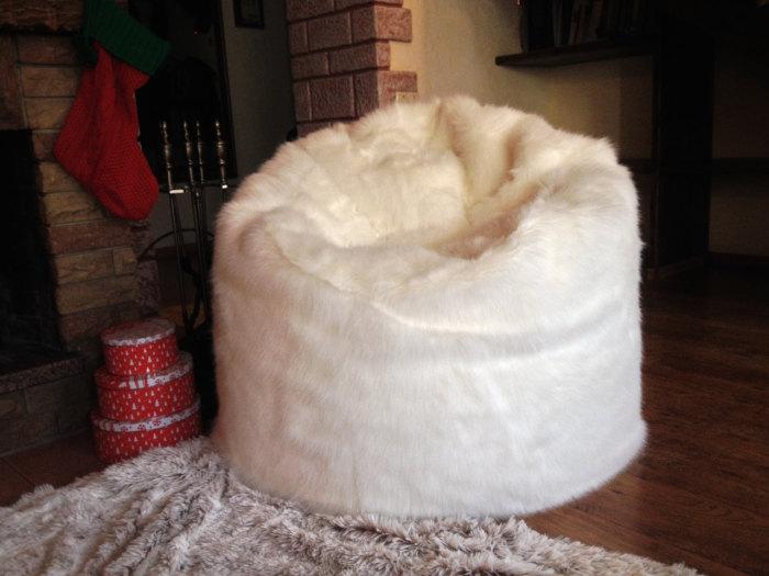 Кресло мешок из меха.